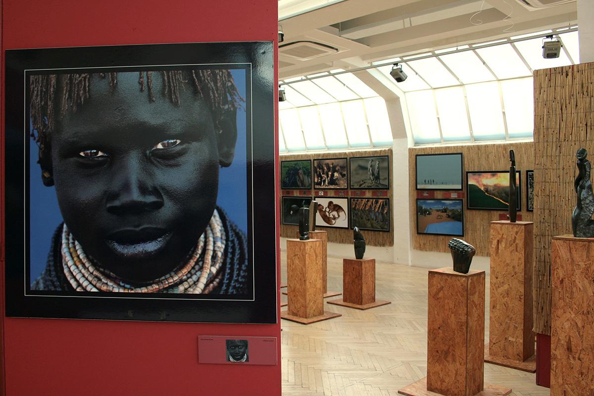 Africké sochy ve Slovenské výtvarné unii v Bratislavě