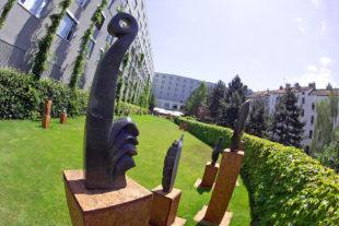 Kamenné sochy na prodej v Holiday Inn