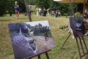 Vernisáž výstavy soch v botanické zahradě