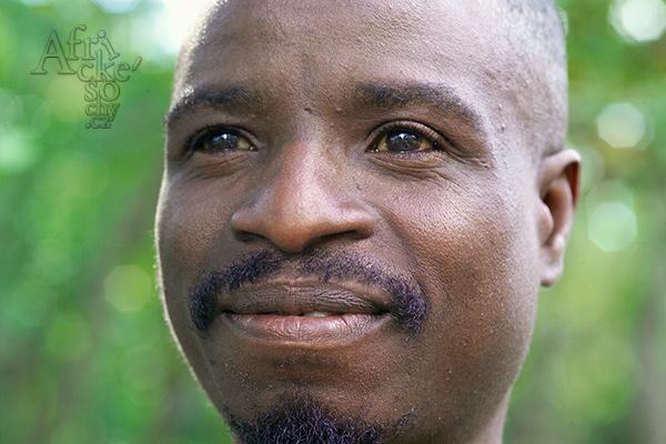 Sochař Latios Nzungu