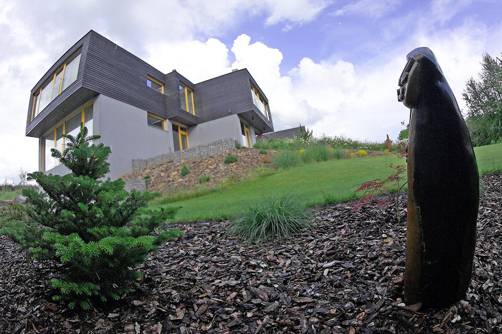 Africké umění oživuje dům i zahradu - sochy v zahradě