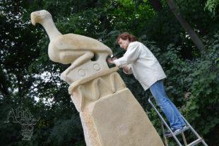 Blanka Žáčková pracuje na soše Kouzlo Zimbabwe