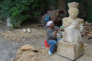 Maudy Muhoni pracuje na soše Mama Africa