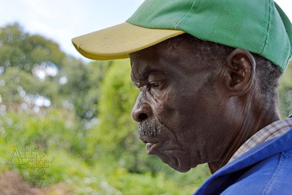 Sochař Josiah Manzi Tengenenge 2016