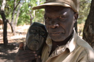 Sochař Ali Chitaro a jeho socha