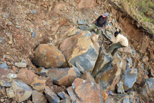 Ruční odlamování bloků kamene