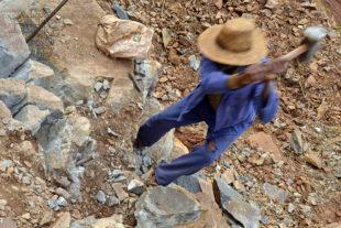 Vrážení kovových klínů do kamene