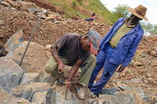 Sochaři Mabwuta Mangiza a Victor Chakuwinga při práci v lomu
