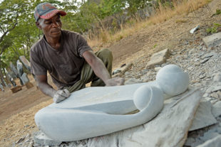 Broušení sochy – sochař Mabvuto Mangiza