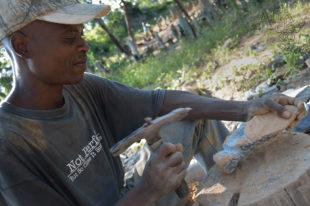 Osekávání kamene kladívkem – sochař Trymore Ferenando