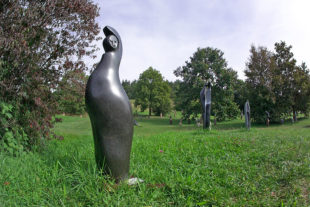 Výstava afrických soch v botanické zahradě v roce 2013