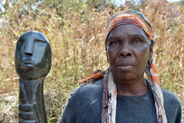 Sochařka Janet Manzi Tengenenge