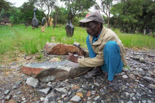 Osekávání kamene majzlíkem – sochař Josiah Manzi