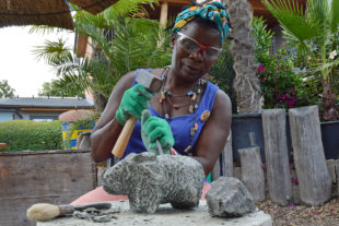 Sochařka Maudy Muhoni při práci v Safari Parku