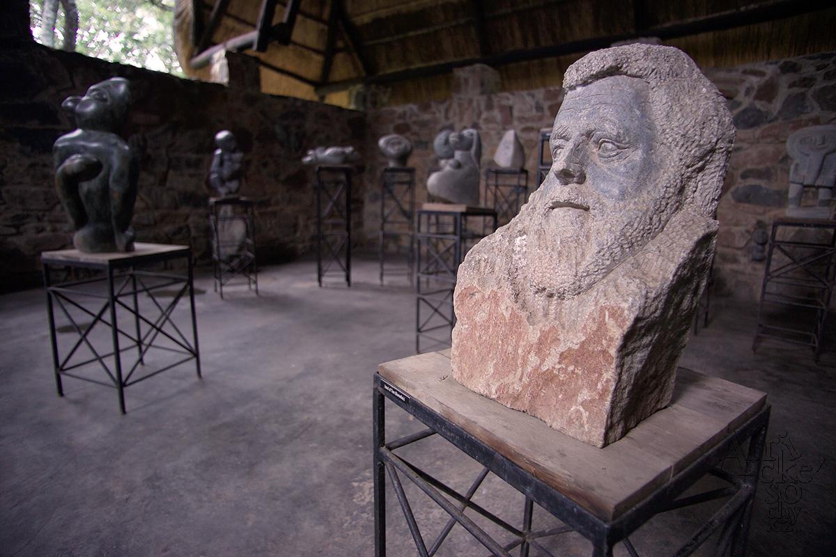 Busta- autoportrét Toma Blomefielda v muzeu v Tengenenge