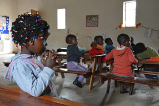 Děti sochařů z komunity Tengenenge