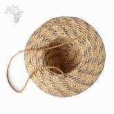 Dívčí klobouček pletený z trávy