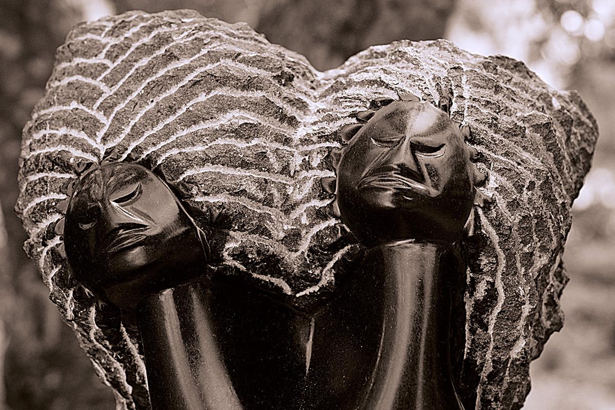 Lazarus Takawira: socha Twin sisters