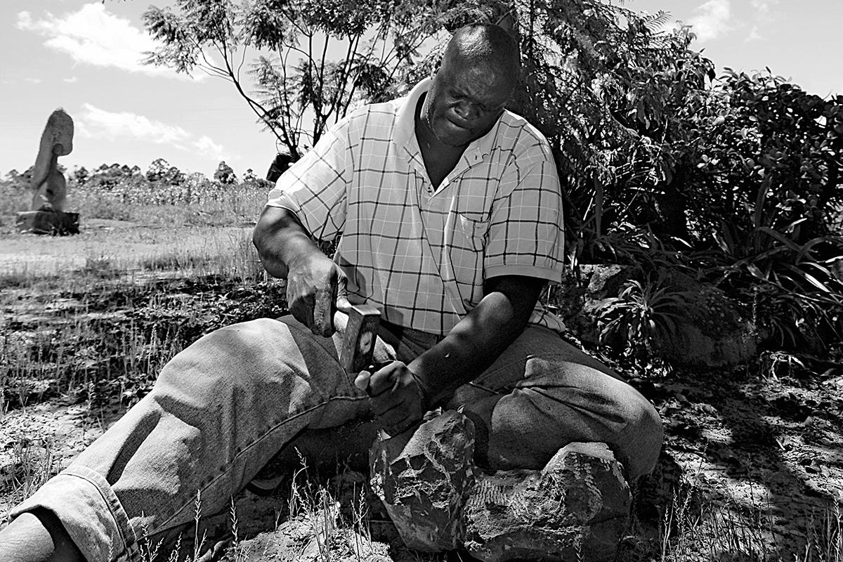 Sochař Lazarus Takawira při práci | Foto: Eric Gauss