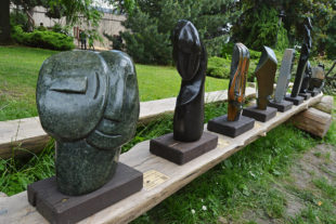 Výstava kamenných soch z Tengenenge v Safari Parku Dvůr Králové